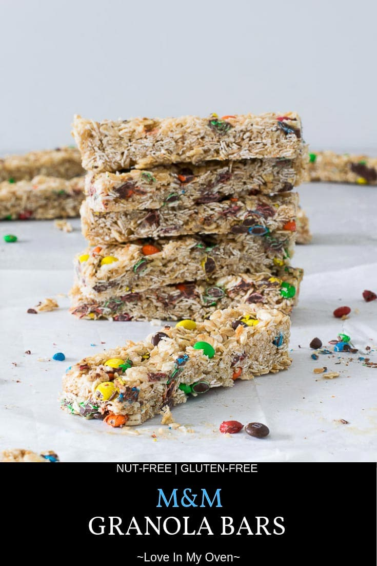 These easy mini M&M granola bars will be your new favorite lunchbox snacks. It\'s an easy granola bar recipe that\'s nut-free so it\'s also safe for school! // m&m granola bar recipe // easy granola bar recipe // lunchbox snacks